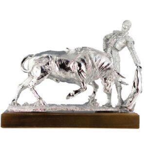 Figura de torero y toro plateada